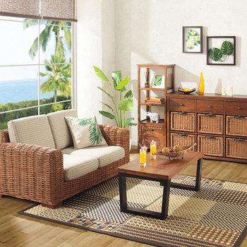 ラタン(籐)製のソファやシェルフといった自然素材の家具も、デザインで選べば洋室をグッとおしゃれに変えてくれます。ラグやシェード、バスケットなどと一緒に、お部屋全体に取り入れれば、まるでリゾートホテルの一室のような空間に。