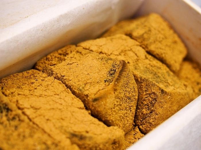 大阪・堺筋本町駅の近くにある「和菓子isshin(いっしん)」。人気の黒糖わらび餅は、わらび餅に黒糖が練り込まれ、上品な甘さともっちり感があとを引きます。冷茶などとともに、ゆったりとした午後のひとときにいただきたいお菓子です。