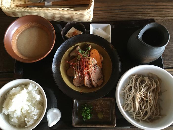 ランチは、A・B・Cの3種。Aは、日替わり小鉢とお蕎麦、山かけご飯付き。【画像は、鴨のローストの小鉢がメインのランチ。】