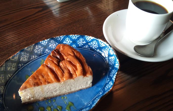 ランチ代金に+アルファするだけで、とびっきり美味しいデザートと珈琲がセットに。【画像は、珈琲とキャラメルチーズケーキ。】