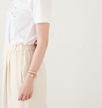 【レザーアナログウォッチ】はフェイスの大きさでサイズ展開されている腕時計。 写真のXSサイズは女性の手首にぴったりな華奢な作りですが、レザーのベルトをバングルのように巻くことでアクセサリー感覚で楽しむことができます。カジュアルなTシャツスタイルでも大人っぽい印象に♪
