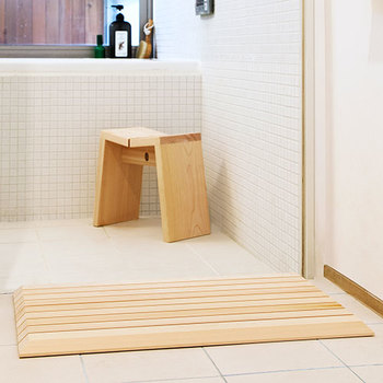 お風呂掃除。ボトルの側面や底のヌメりを洗い流したり、排水溝や湯船の蓋などを丁寧に掃除してみましょう。お風呂に入るのが楽しみになりますね。