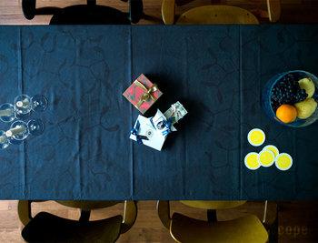 黒に近い深いブルーの夜空に月、雲、星、ヤドリギが描かれたとてもシックなテーブルクロス。特別な夜のディナーに使いたいですね。