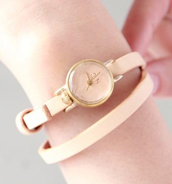 文字盤もレザー、数字表記もないシンプルさなので飽きずに長く使えるデザインです。  色違いやサイズ違いで揃えて、洋服を着替えるように、腕時計も日々合うものをチョイスして楽しみたいですね。