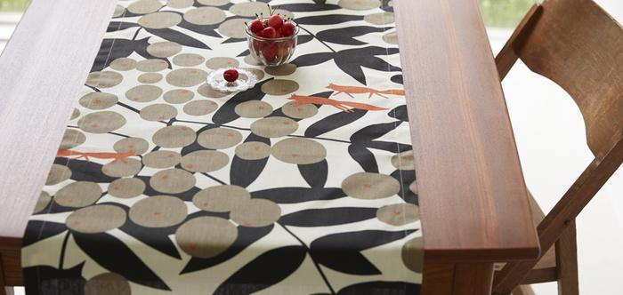 テーブルクロスも素敵ですが、テーブルセンターを敷いてみるのもいかがですか?実りの秋にキツネたちが森を駆け抜けているようなデザインが美しい1枚です。