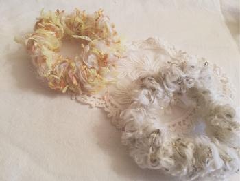 編み方は簡単ですが、ヘアバンドやシュシュなど使える小物が作れるのも魅力です。