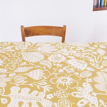 イギリスの「scion(サイオン)」の草花が表現されたシンプルなテキスタイル。スカンジナビアデザインの影響を感じられますね。