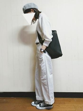 ホワイト系で統一したファッションに、バッグと靴と腕時計でアクセント。ブラックの小物使いで、全体が引き締まって見えます。