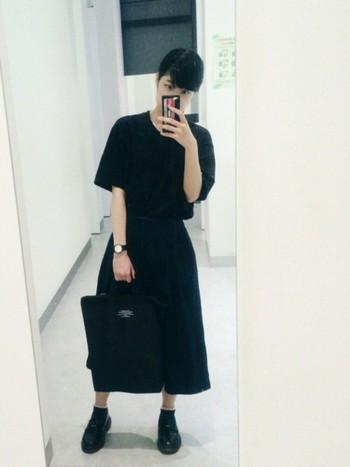 全身黒でまとめたファッションには、キラッと光る大きな白い文字盤がアクセント!