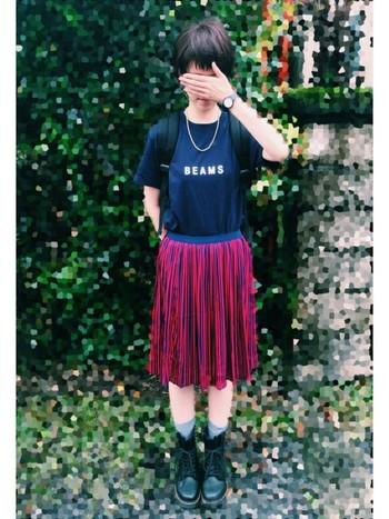 カジュアルガーリーなスカートスタイルに合わせて。「彼氏とお揃い?」って、思わずきいてしまいそう。