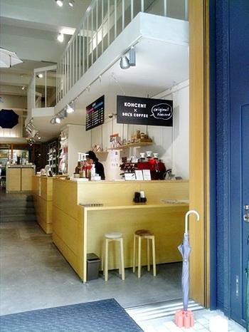 店内には、蔵前駅前にあるコーヒー専門店「ソルズコーヒー」のカフェスペースが。 座ってひとやすみしながら、おしゃれな店内を眺めるのも良さそう。