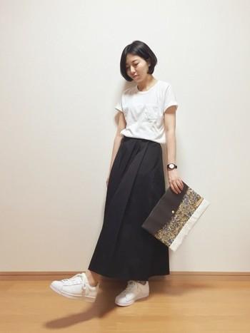 白+黒の組み合わせは、安定感があります。 こだわりのバッグを持ちたい時にすっきりまとまるコーディネイト。