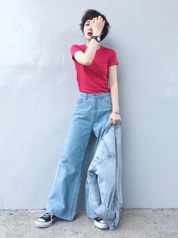タイトなTシャツとワイドパンツの女性らしさが強調されるデニムスタイルに、メンズウォッチがかっこいい★