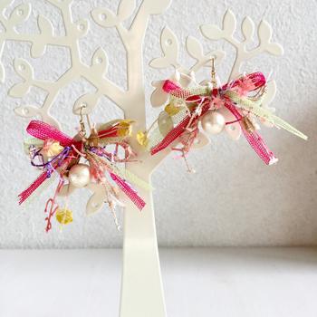 ビビッドカラーの個性豊かなアヴリルの糸。パールがアクセントになって甘すぎない雰囲気も身に付けやすい。クリスマスや自分が主役のバースディパーティにいかがですか?