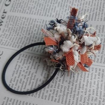 使用した糸の一つひとつに個性があり、オリジナル感が際立ったヘアゴムです。コーディネイトに合わせて、色違いがいくつも欲しくなります。