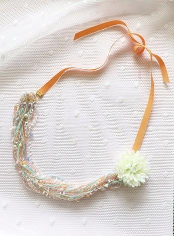 表情豊かなアヴリルの糸をそのまま纏うようなネックレス。やわらかいカラーとパールや小花のアクセントが、首元を優しい雰囲気に仕上げてくれます。