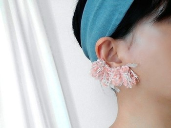 耳たぶを覆うボリュームたっぷりモフモフのイヤーカフ。髪を小さくまとめたターバンスタイルや片耳を出したヘアスタイルで、存在感を発揮してくれます。