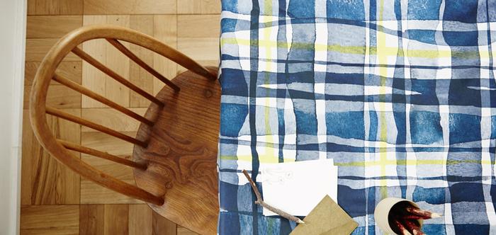 水彩画のようなチェック柄のテーブルクロス。ブルー系でも、イエローに温かみがあり、例え冬場に使っても寒々しい雰囲気にはなりません。