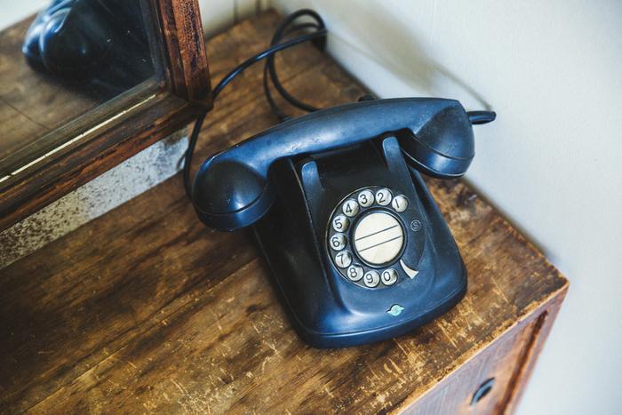 古道具屋で実際に使用していた、懐かしいタイプの黒電話。探し回り、やっとイメージに合うものを発掘した