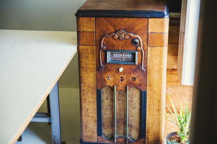 こちらのステレオもお店に置いていた什器のひとつ。もう音は出ないため、コンポを中に入れてジャズを流していた