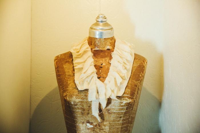 洋服作りを始めてから製作した、デッドストックの国産シルクのつけ襟。トルソーの上で、ひと際存在感を放っていた