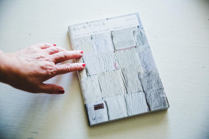 縁があり、親しくしているライター石川理恵さんが企画した書籍。古い布を使ったものづくりの、いろいろなアイディアが詰まっている 山中とみこ『古い布でつくる』主婦と生活社,2014,111p