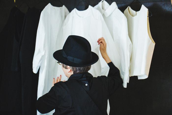 「白」は山中さんにとって特別で、「一番おしゃれだと思う色」なのだとか。シャツは絶対に生成りではなく、パキッとした白だと決めている