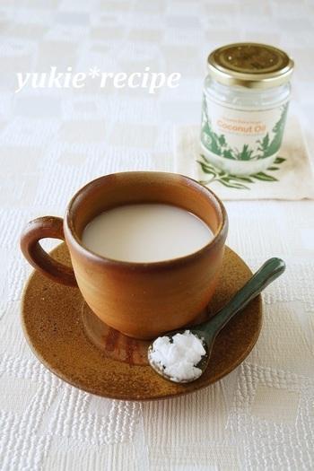 とても話題になったココナッツオイルを加えたライスミルク。ココナッツオイルは25℃以下で固まりますので、あたためたライスミルクに入れましょう。ココナッツの香りとコクが、あっさりしたライスミルクによく合います。