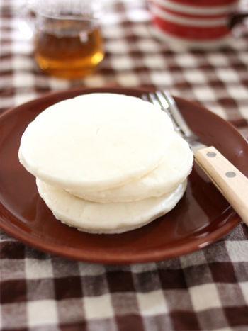 卵も使わず、シンプルに焼き上げるライスミルクと米粉のプレーンパンケーキ。さっぱりした味わいに加え、この美しい白さも素敵ですね。おしゃれな朝食としてもおすすめ♪