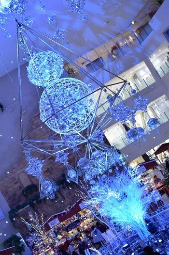 普段は北欧雑貨のお店でしか見かけることのない「ヒンメリ」。クリスマスの時期には、オーナメントとして、街なかに飾られることも。