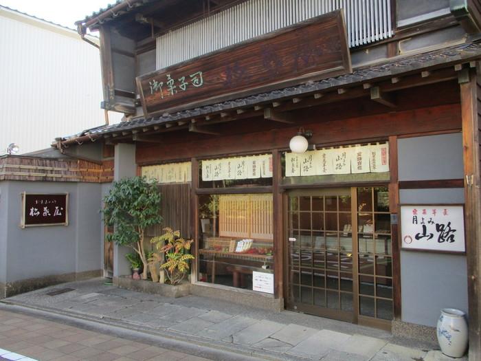 〈御菓子司 松葉屋〉は、全国に名を知られる「栗むし羊羹」の老舗店。嘉永5年、江戸末期に加賀の名刹那谷寺の門前で羊羹を商ったのに始まります。