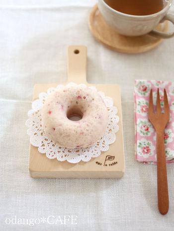 苺をざっくりつぶして、ライスミルクと米粉の生地に混ぜ、型に入れてオーブンで焼いたドーナツです。ドーナツが食べたいけれど油が気になるという方におすすめ。