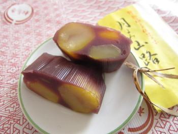 ムッチリとした独特の食感の餡。適度な歯応えと程よい甘さの栗。ほのかに感じる竹の香り。「月よみ山路(栗むし羊羹)」は、今も昔も不動の名品。