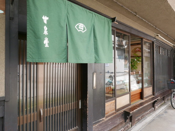 創業120年の歴史ある京都老舗和菓子店〈甘泉堂(かんせんどう)〉。懐中汁粉の「四君子」や夏期限定の「水羊羹」よく知られています。