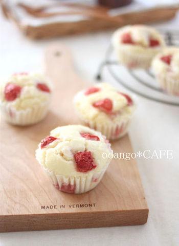 苺は形が残る程度に軽くつぶし、ライスミルクと米粉の生地に。生地をよく混ぜてから苺を入れると、きれいな形がキープできるようです。愛らしいお菓子ですね♪