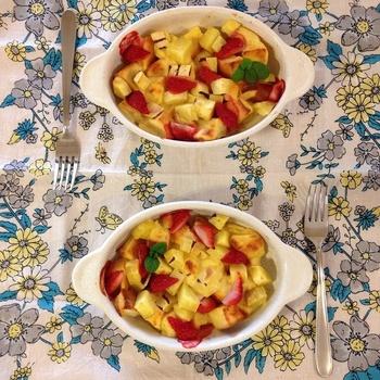朝食にもデザートにもなるパンプディング。ライスミルクなどに浸したパンと、苺など季節のフルーツ、そしてさつまいもをオーブンで焼きます。充実の一皿ですね。