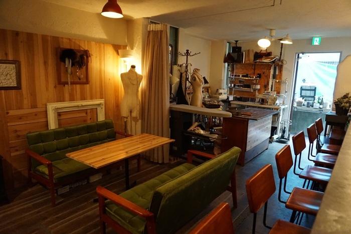 カフェスペースとお直し屋さんが隣り合わせになっている店内。ミシンの音を聞きながらコーヒーをいただくのも素敵な時間ですね。