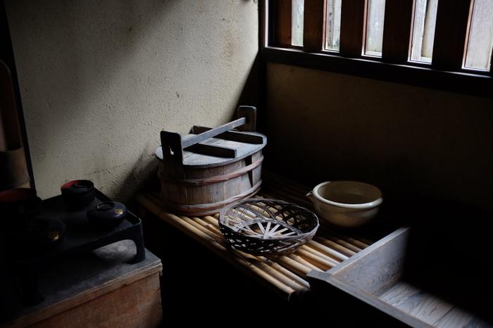 ★「旧折井家」は、馬まわり役をつとめた160石取りの武士の邸宅。書院造りの母屋や中庭等、当時のままに残る武家屋敷です。武家の暮らしぶりを展示公開しています。
