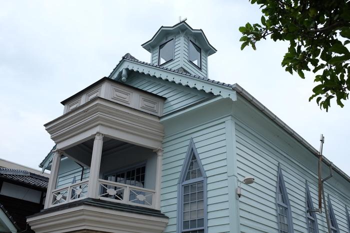 【画像は、紺屋川沿いの「高梁基督教会堂」。県内最古の教会堂で、1889(明治22)年に建築された木造の洋館です。礼拝等の行事がなければ、自由に見学することができます。】