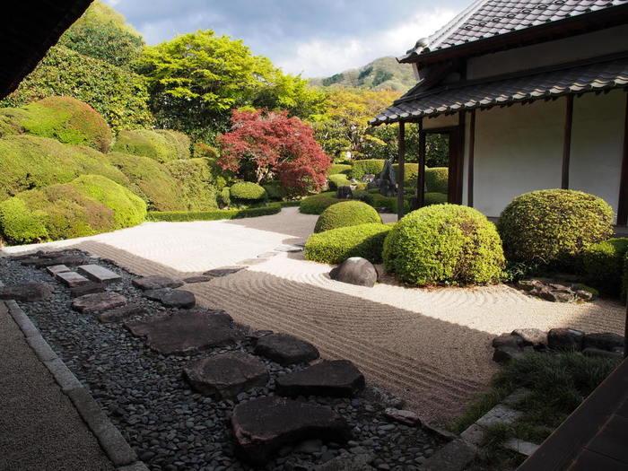 頼久寺の見所は、白砂に配した鶴島と亀島、サツキを刈り込んで表現した青海波の妙。