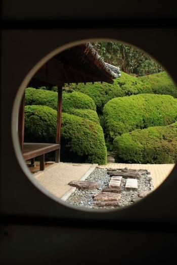 丸窓からのぞける庭も一幅の絵のよう。自分の心に耳を傾けて…癒しのひと時を過ごしてみませんか!