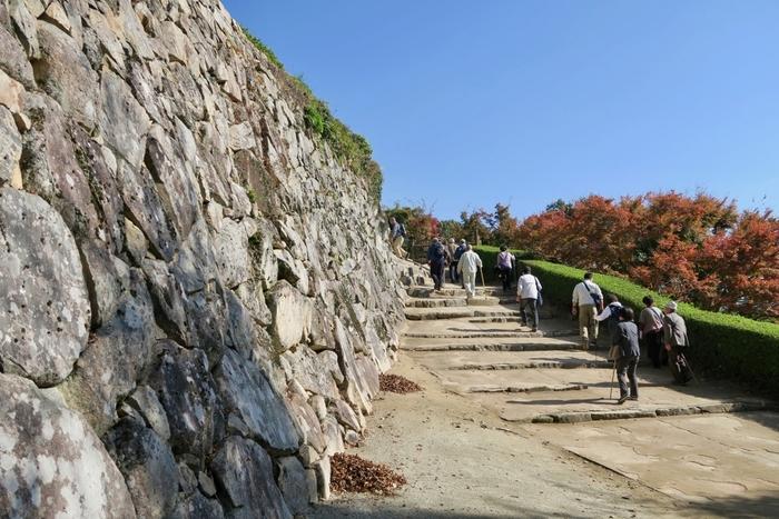 登城口(ふいご峠駐車場近く)から、天守閣がある頂上までは、徒歩で約20分。道中は急勾配の坂や石段が続きます。