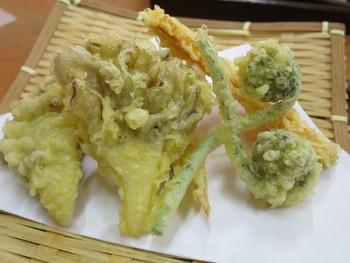 他に、奥出雲産の舞茸の天ぷらや、おむすび、地元高梁産の千両茄子の漬物などのサイドメニューもあります。舞茸の天ぷらは、野菜の天麩羅付き。カラッとサクッと揚がって美味しいと評判です。