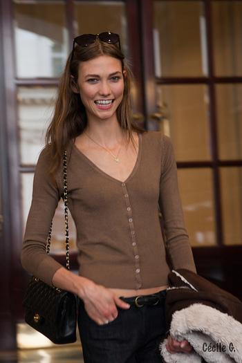 もこもこっとしたムートンのインナーには、襟ぐりが広く開いた薄手のカーディガンを合わせて女性らしい雰囲気に。ブラウン系の落ち着いた色合いでまとめているのも秋らしくて素敵ですね。