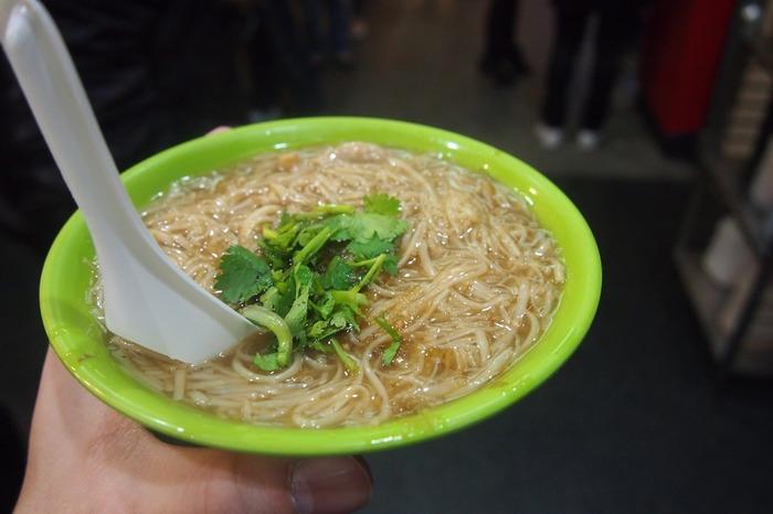 台湾で愛される麺料理ひとつ「麺線」。 日本のそうめんによく似た台湾独自の細い麺を、とろみがある鰹だしが効いたスープで煮込んだものです。具材はホルモンや牡蠣が入っいるものがあり、薬味としてパクチーが乗せられるのが定番です。パクチー好きにはたまりません。