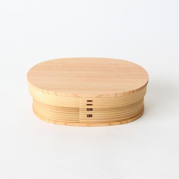 日本が誇る伝統工芸品のなかでも、身近な存在の『曲げわっぱ』のお弁当箱。天然木を使用した曲げわっぱは、木本来の調湿作用が余分な水分を吸収してくれるので、冷めてもご飯がふっくら美味しいと評判です。