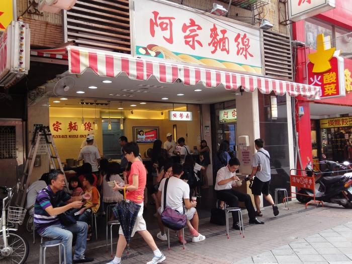 台湾では西門町の「阿宗麺線」が人気店として有名です。ひっきりなしにお客さんが入り、行列ができます。
