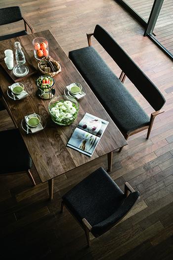 「Koti」シリーズの椅子はフォルムがとっても美しいですね。しっかりした造りと飽きのこないシンプルなデザインも長く愛される理由のひとつ。