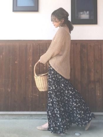 重く見えがちなローゲージのニットでも、Vネックならスッキリ見えます。前の裾をINすれば脚長効果も期待できるし、横から見た時のシルエットもキレイ。優しいベージュのニットが花柄のロングスカートに良く似合いますね。かごバッグを持てばさらにフェミニンな雰囲気に。