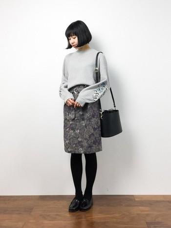 ボリュームのある袖にお花の刺繍が施された可愛らしい雰囲気のニット。ヴィンテージ風のゴブラン織りタイトスカートに裾をINしてすっきり◎。タイツやシューズ、バッグなど小物をすべて黒で統一すればクラシカルな印象にまとまります。